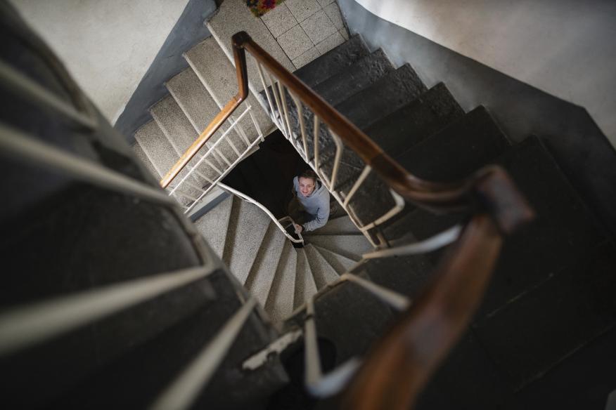 Bajando por una escalera