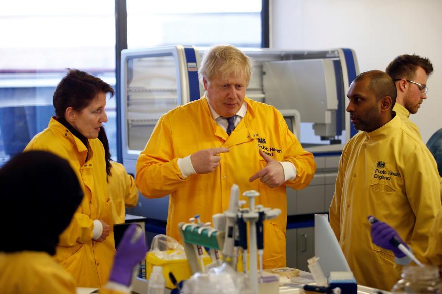 Boris Johnson visita un laboratorio de Londres.