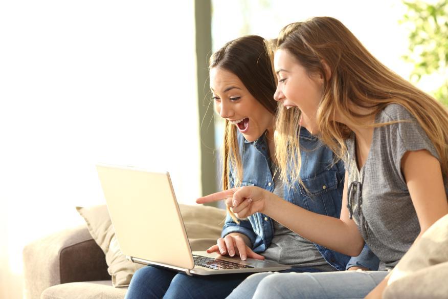 Chicas riendo en un ordenador