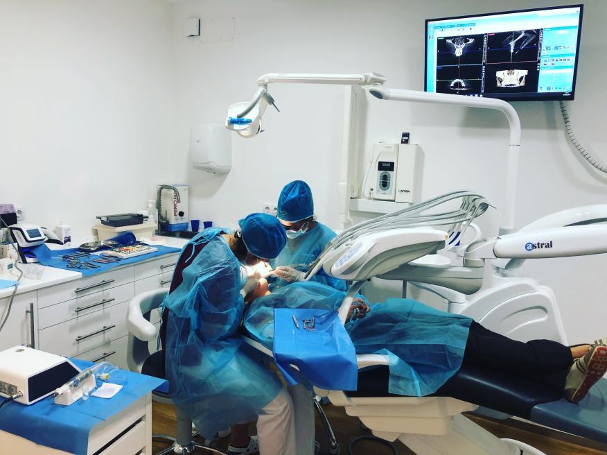 Dos dentistas trabajando en la clínica dental Alfonso Souto, antes de que se declarara el estado de emergencia