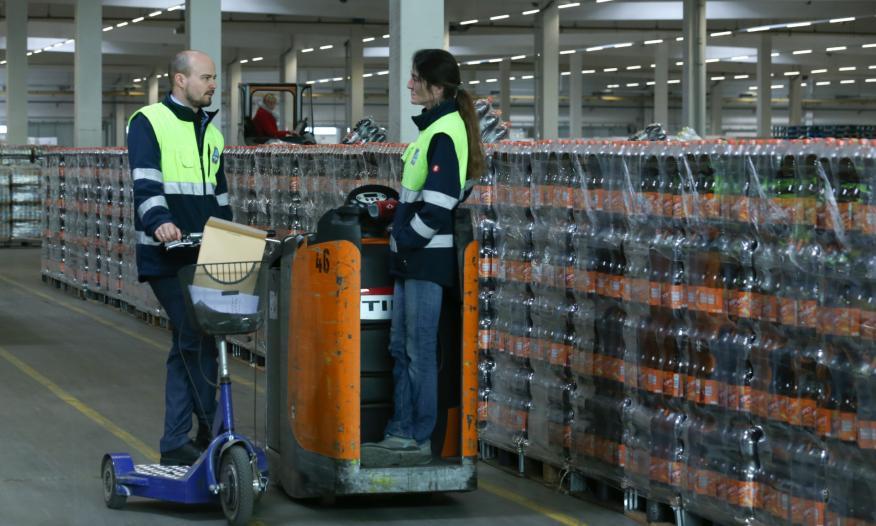 Dos trabajadores de un almacén logístico de los supermercados Aldi