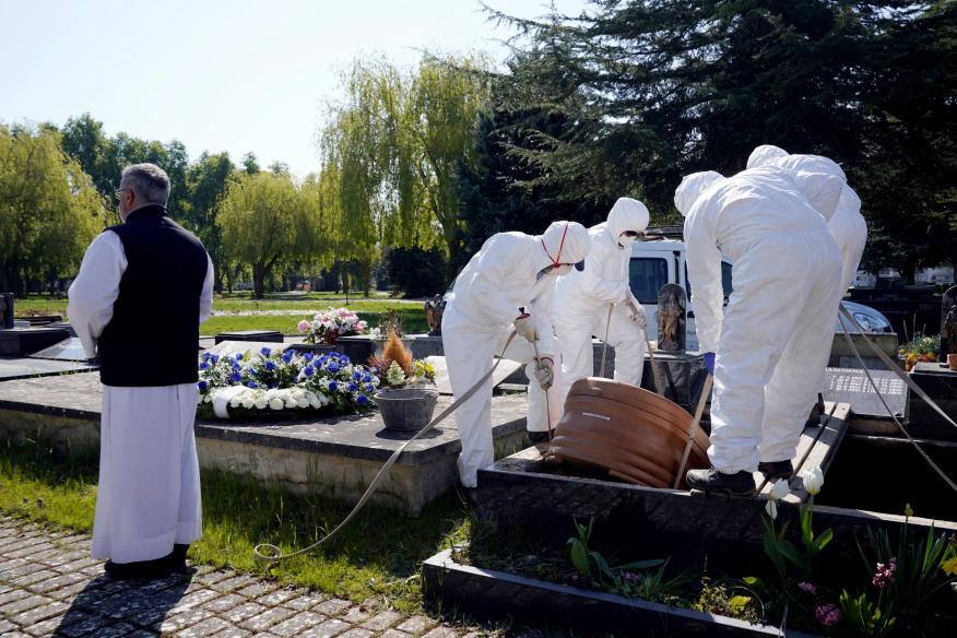Entierro con trajes de protección por el coronavirus en Vitoria