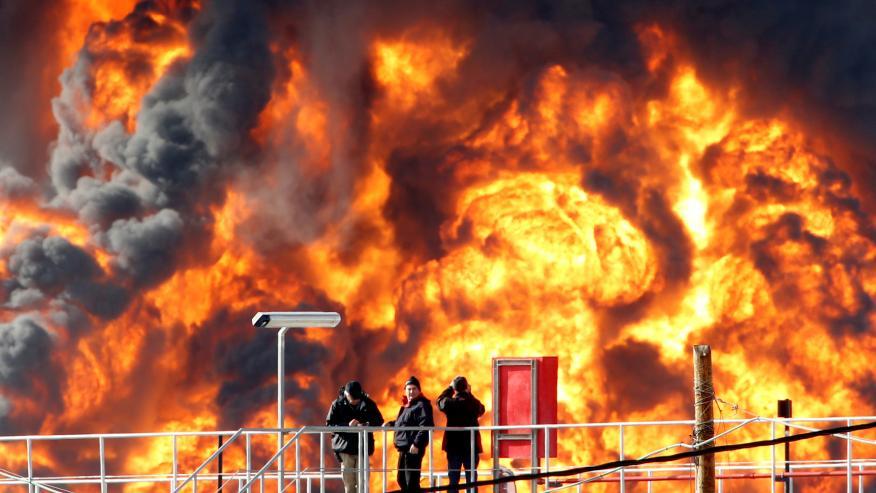Una explosión en una refinería de petróleo