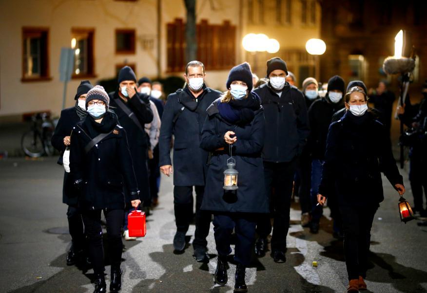 gente que se protege del coronavirus con mascarillas
