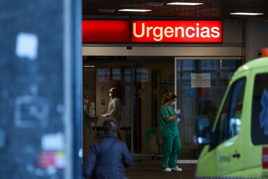Trabajadores sanitarios del servicio de urgencias del hospital La Paz, en Madrid el 23 de marzo.