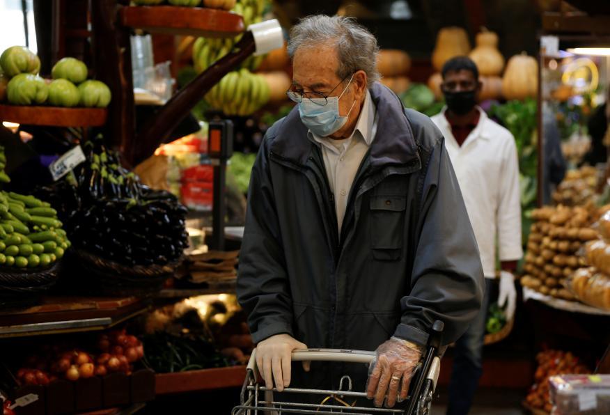 Hombre haciendo la compra durante el brote de coronavirus