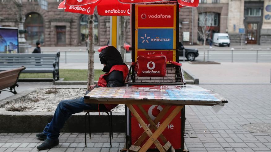 Un hombre vende tarjetas SIM de Vodafone en Kiev, Ucrania, en marzo de 2016.
