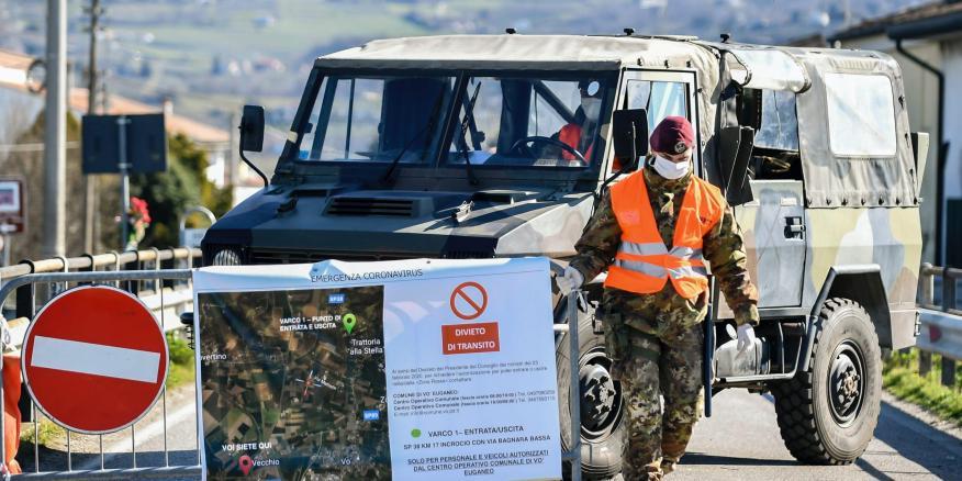 Un soldado del ejército italiano bloquea la carretera que lleva a la aldea de Vo'Euganeo, en el norte de Italia, el viernes 28 de febrero de 2020. (Claudio Fulan/LaPresse vía AP)