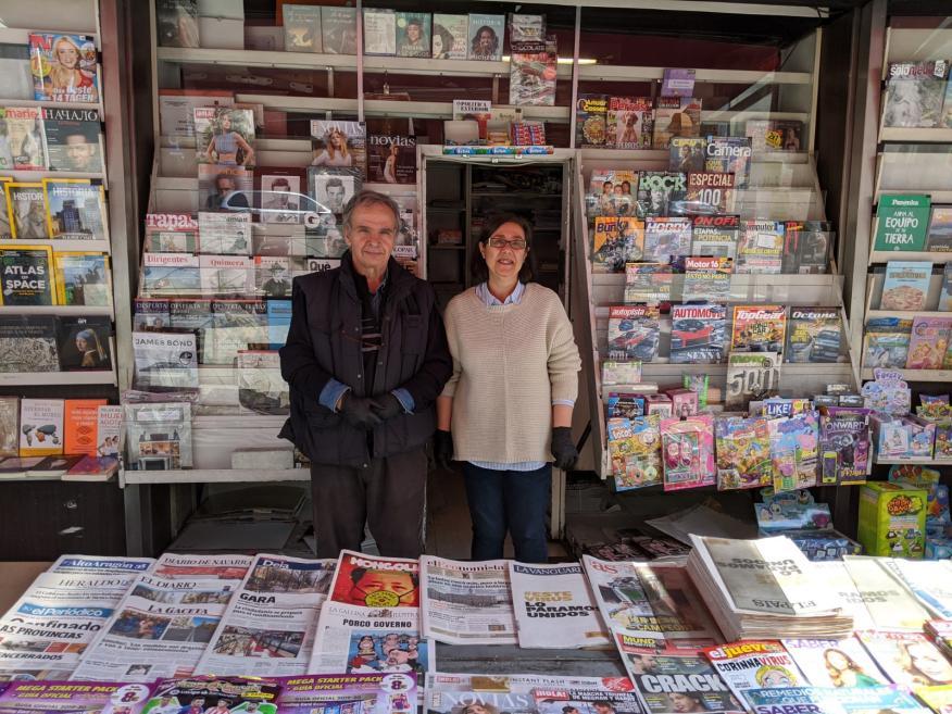 Los dueños del kiosko Triviño Blázquez, situado en la glorieta de Cuatro Caminos (Madrid).
