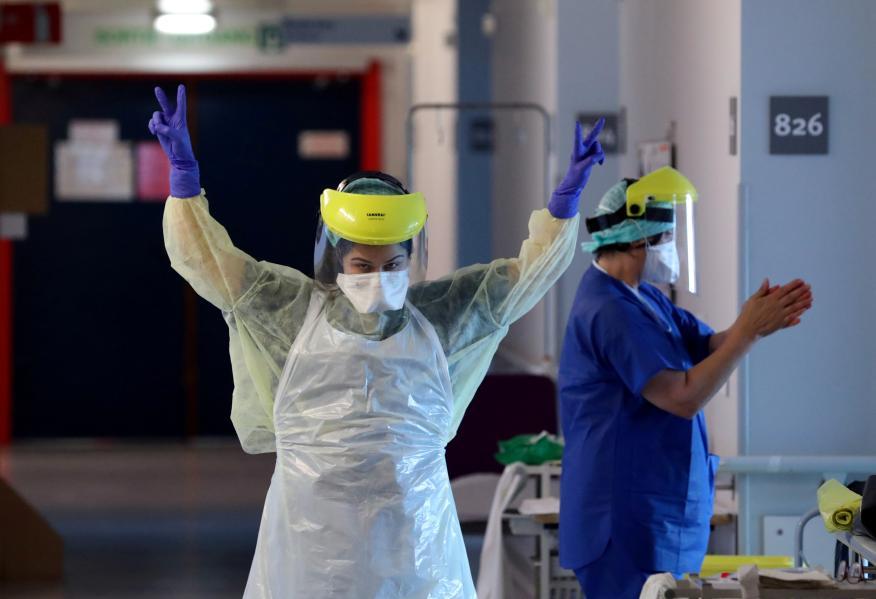 Médicos celebran la salida de un paciente de coronavirus de la UCI