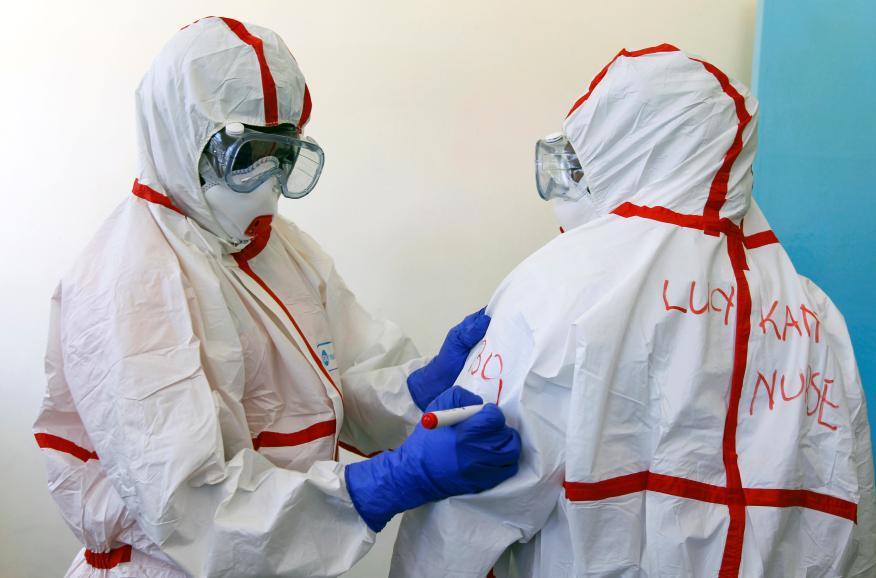 Médicos se equipan con trajes protectores para tratar el coronavirus