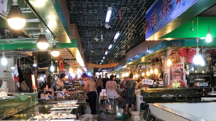 Un mercado mojado en Dandong, China.
