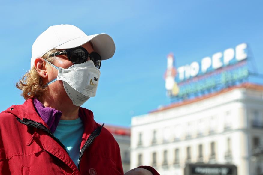 Una mujer con mascarilla en Madrid por el coronavirus.