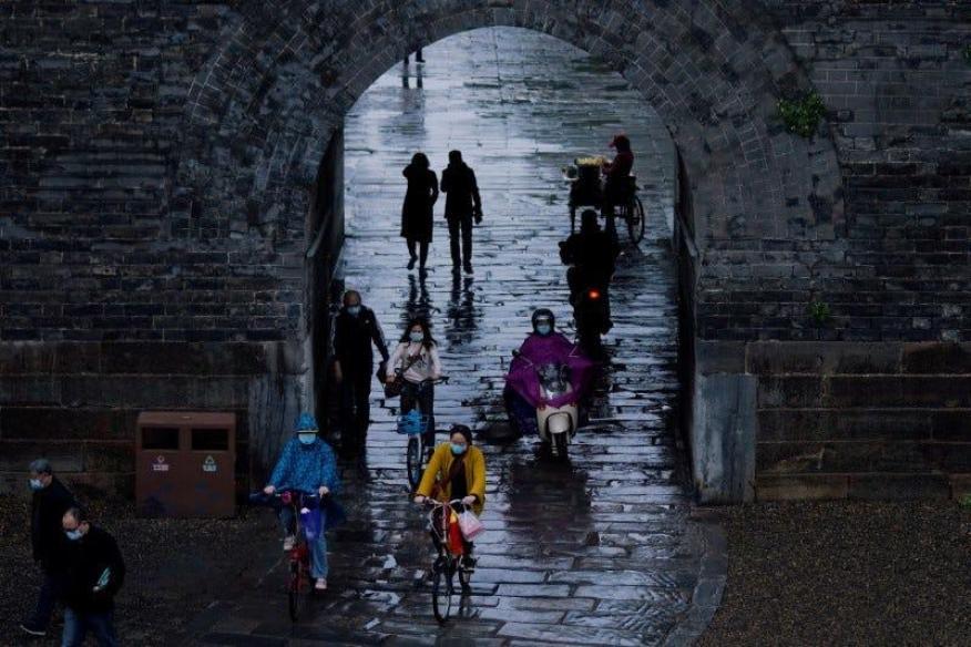 Transeúntes con mascarillas pasean en los alrededores de la antigua muralla de la ciudad de Jingzhou el pasado 26 de marzo del 2020.