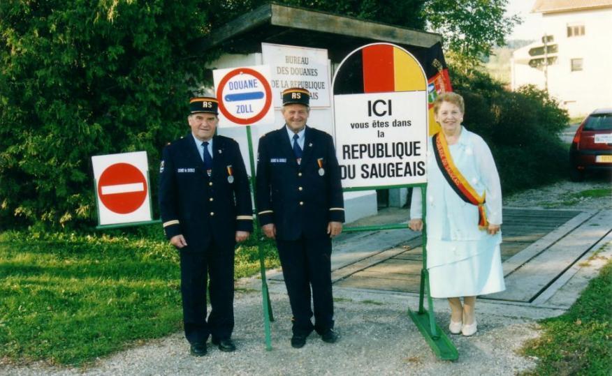La presidenta de la República de Saugeais en la aduana del microestado.