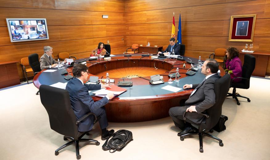 El presidente del Gobierno, Pedro Sánchez, y los titulares de Hacienda, Transportes, Sanidad, Justicia y Defensa durante el Consejo de Ministros del 31 de marzo
