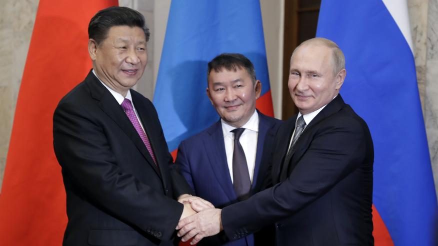 El presidente de Mongolia, Khaltmaagiin Battulga, entre su homólogo chino, Xi Jinping, y ruso, Vladimir Putin.