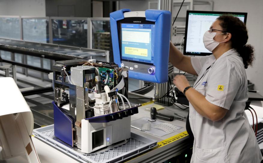 Una empleada de Hamilton Medical AG prueba un respirador en una planta en Domat / Ems, Suiza, 18 de marzo de 2020