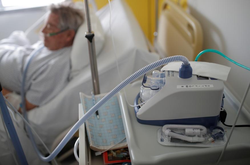 Un paciente que padece la enfermedad por coronavirus COVID-19 es tratado en una unidad de neumología en el hospital de Vannes, Francia, el 20 de marzo de 2020.