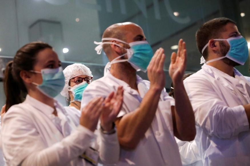 Sanitarios aplaudiendo.