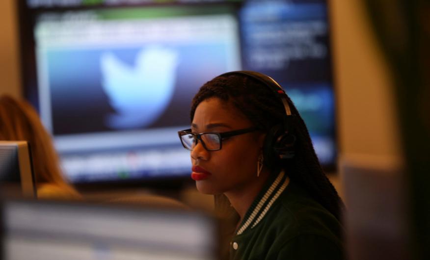 Una trabajadora de Twitter, en las oficinas centrales de la compañía en San Francisco