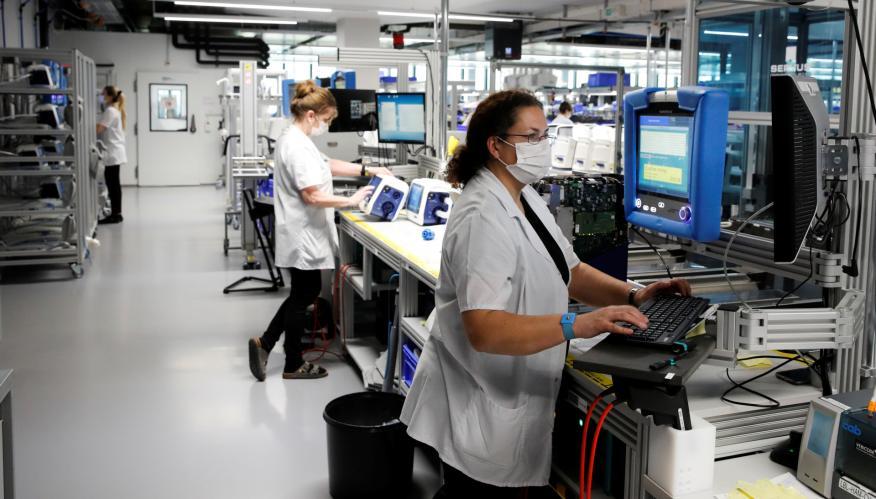 Trabajadoras con mascarilla en una empresa de equipos médicos de EEUU