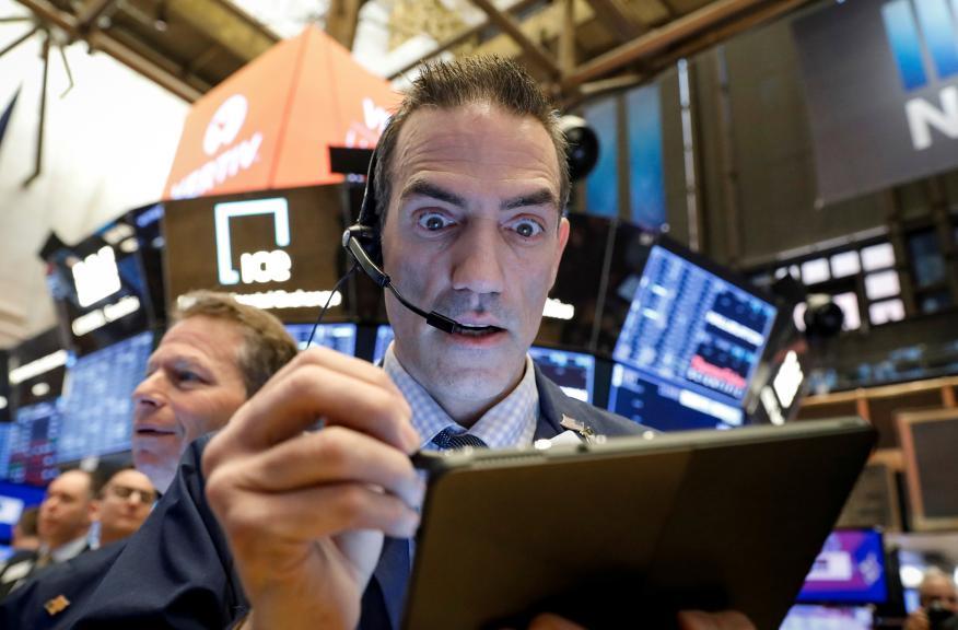 Trader preocupado por las cotizaciones en Wall Street.