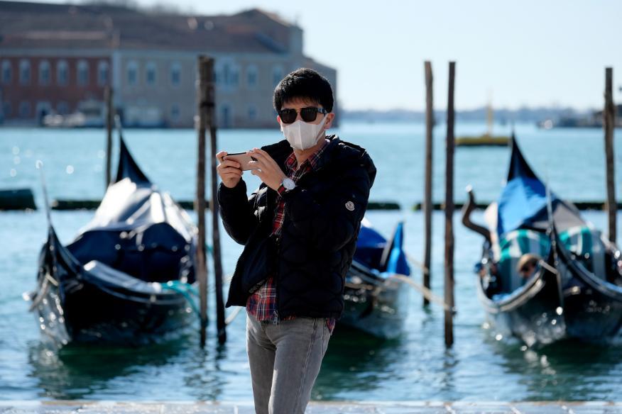 Un turista con una máscara en Venecia por el brote del coronavirus