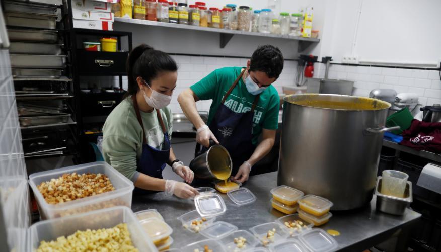 2 cocineros trabajan en un comedor social de Ronda (Málaga)