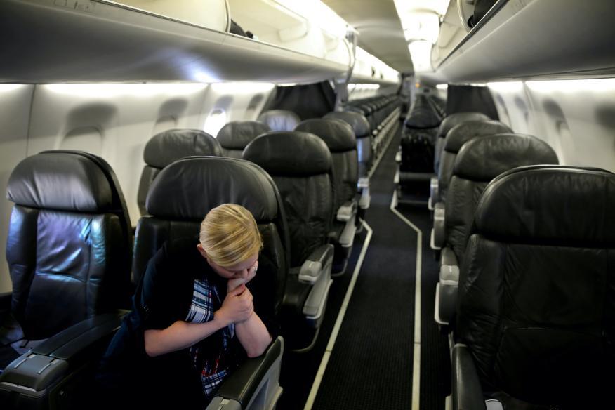 Una azafata en un vuelo que solo viaja con un pasajero entre Washington y Nueva Orleans, EEUU, en abril de 2020.