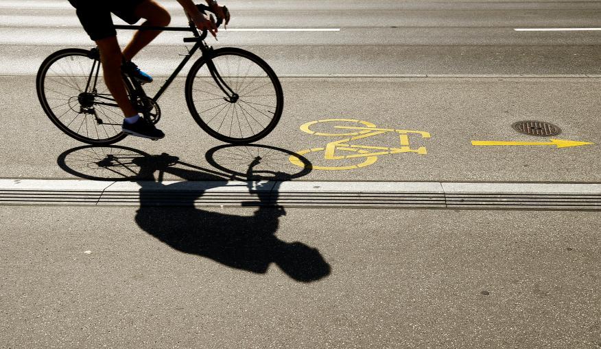 Silueta de un ciclista en un carril bici en Zurich, Alemania.