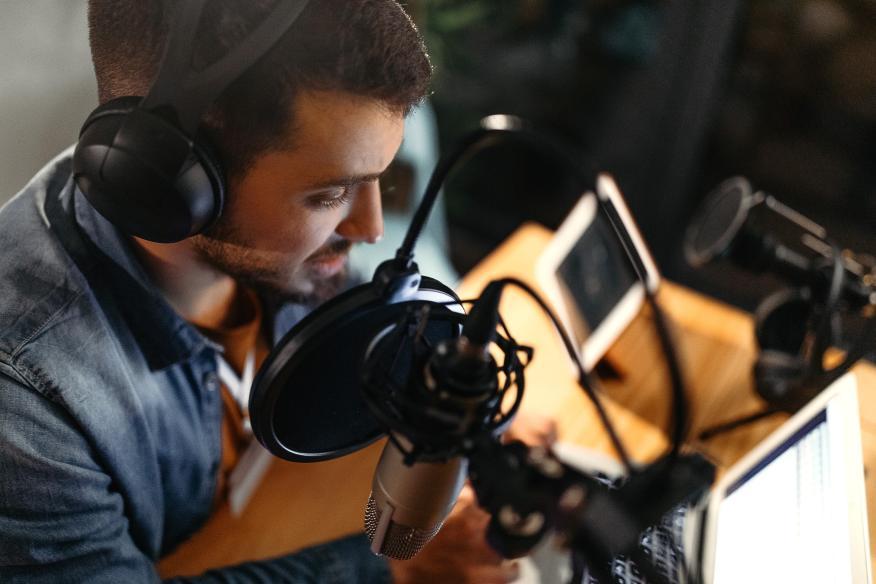 Un chico grabando un programa de podcast
