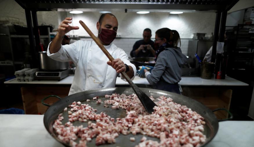 Cocineros en un comedor social en Ronda (Málaga)