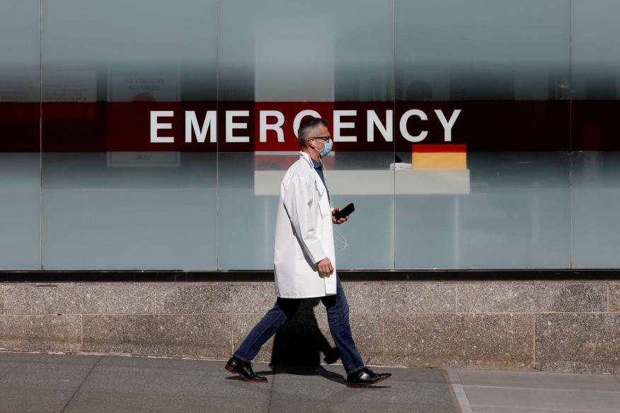 Un médico con mascarilla en los exteriores del Hospital Monte Sinaí en Nueva York.