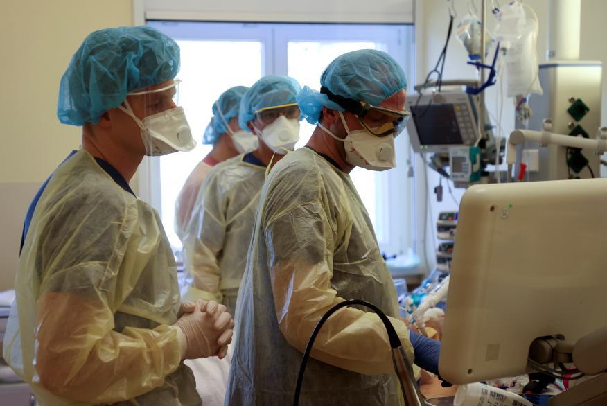 Equipo de médicos de cuidados intensivos
