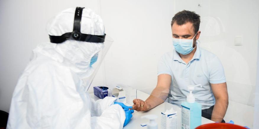 Un trabajador de la salud extrae sangre para realizar una prueba de anticuerpos para COVID-19 en el Hospital Dworska, en Cracovia, Polonia, el 9 de abril de 2020.