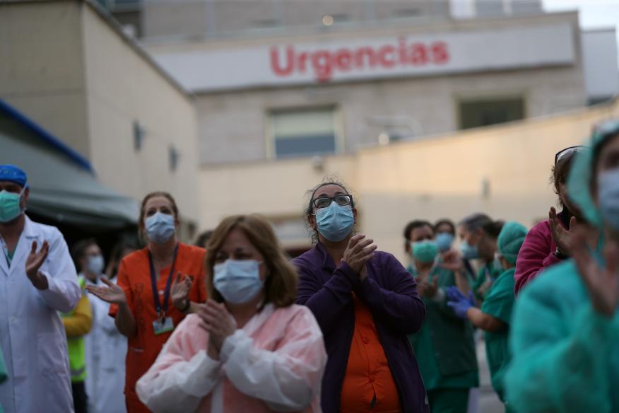 Médicos aplauden a las 20.00 en plena crisis del coronavirus