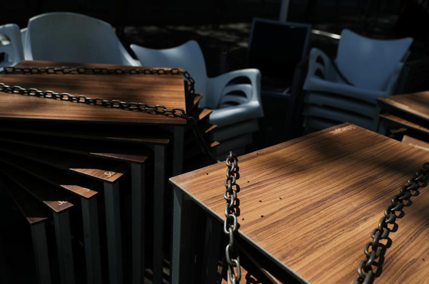 Mesas y sillas de un restaurante apiladas ante el confinamiento por la crisis del coronavirus