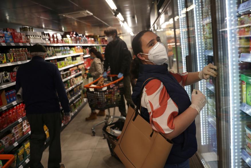 Mujer comprando en el supermercado.