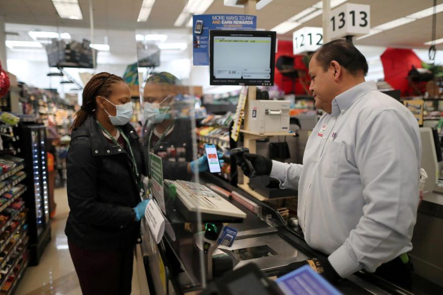 Una nueva barrera de plexiglás en una tienda de comestibles en California, Esados Unidos, el 30 de marzo.