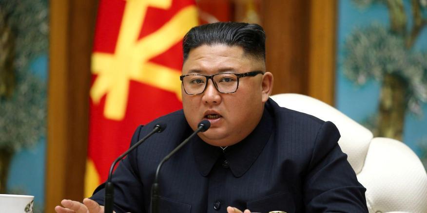 El líder norcoreano Kim Jong Un habla mientras participa en una reunión del Buró Político del Comité Central del Partido de los Trabajadores de Corea (WPK).