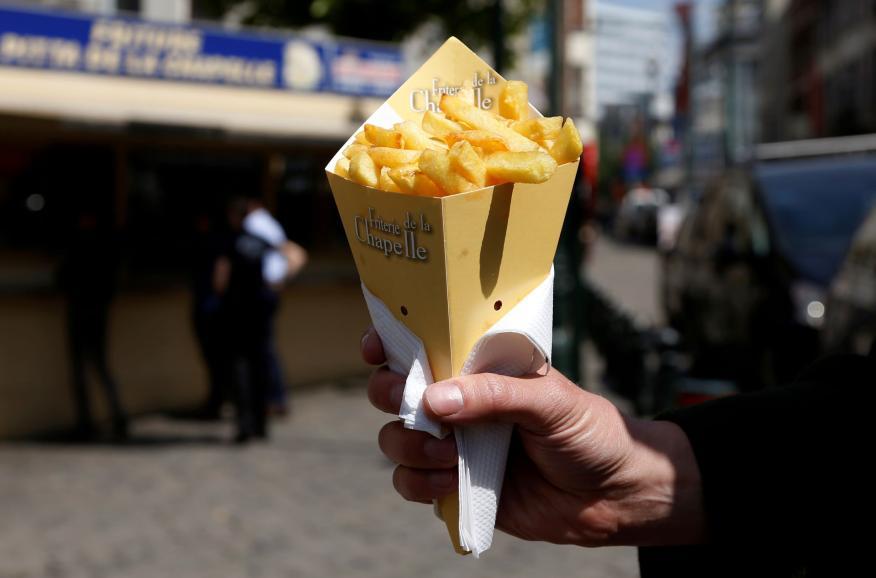 Cono de patatas fritas de una friterie en Bruselas, Bélgica.