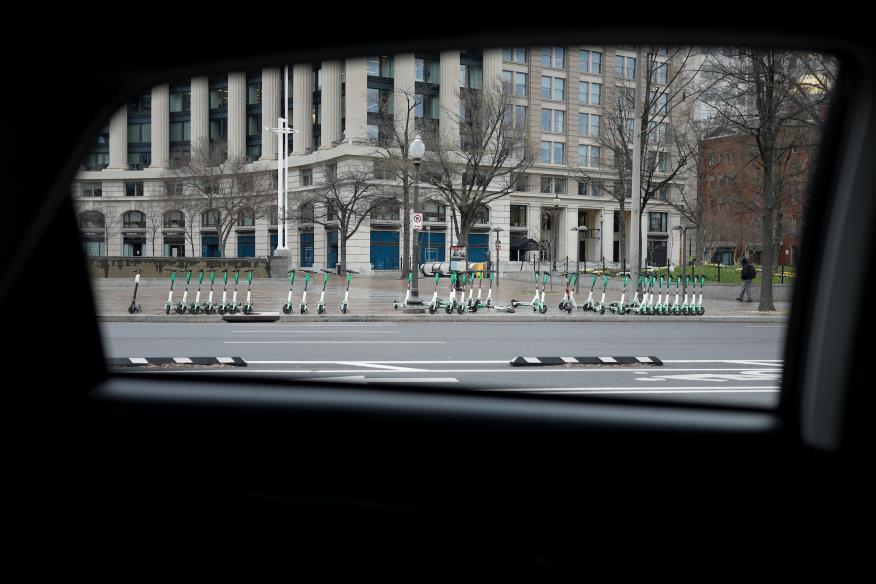 Patinetes eléctricos compartidos sin utilizar en una calle de Washington, EEUU, en marzo de 2020.