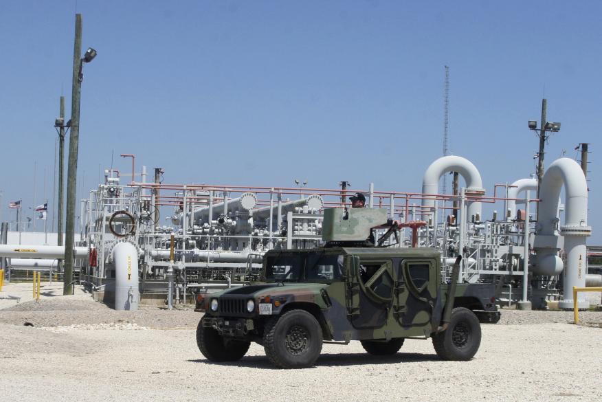 Una patrulla privada vigila una reserva estratégica de petróleo de los Estados Unidos en Texas