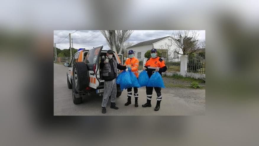 Juan Carlos y su hijo, voluntarios de Protección Civil, recogen mascarillas.