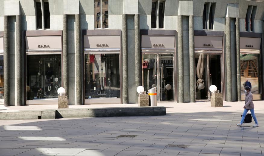Una señora pasa por delante de una tienda de Zara durante la crisis del coronavirus en Viena