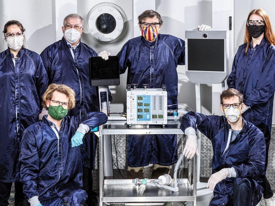 Algunos ingenieros de la NASA posando con el prototipo de un nuevo respirador para pacientes con COVID-19.