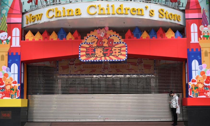 Una tienda de juguetes de Pekín, cerrada por la pandemia de coronavirus