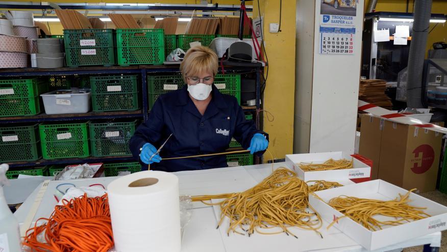 Una trabajadora de Callahan elabora mascarillas en su fábrica de Arnedo
