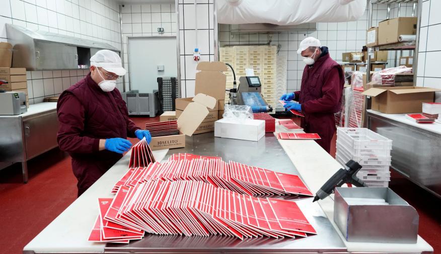 Trabajadores de la empresa jamonera Joselito, en su fábrica en Guijuelo (Salamanca)